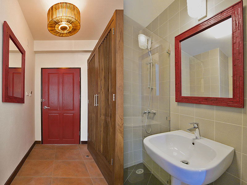 SUPERIOR DOUBLE ROOM • ENTRANCE AND BATHROOM